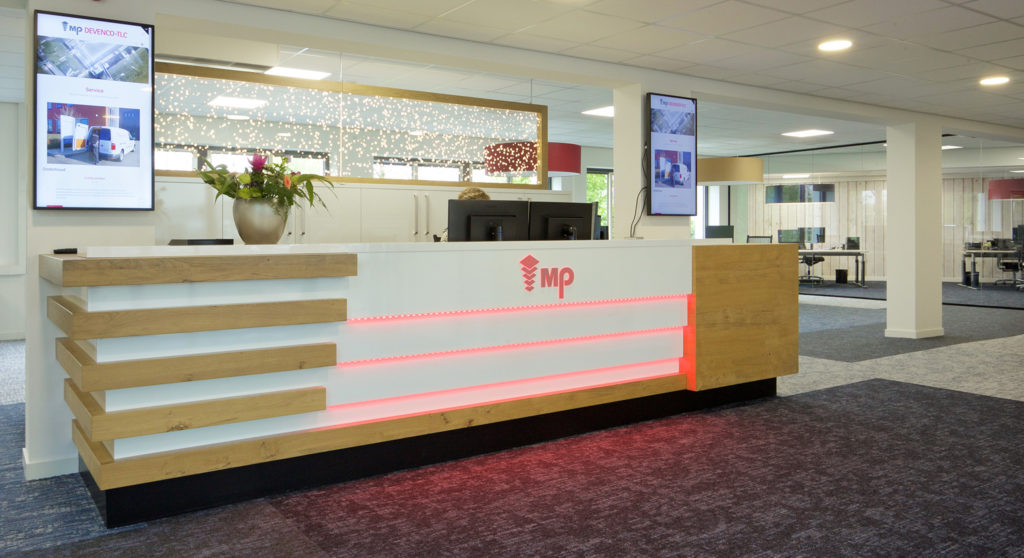 Voor Devenco MP heeft Voskuilen Interieur uit Hoevelaken het interieurwerk vernieuwd van de 1e en 2e verdieping in het kantoor. Nieuwe balie, nieuwe vloeren, glaswanden, verlichting en meubilair. Belangrijk item voor Devenco is de ontvangstbalie bij de entree.